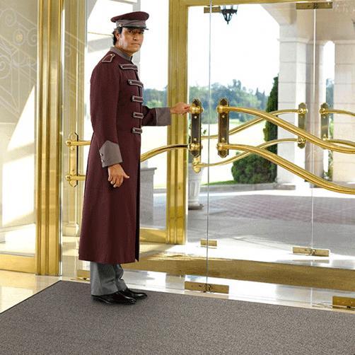 Hoteleingänge mit hohem Publikumsverkehr