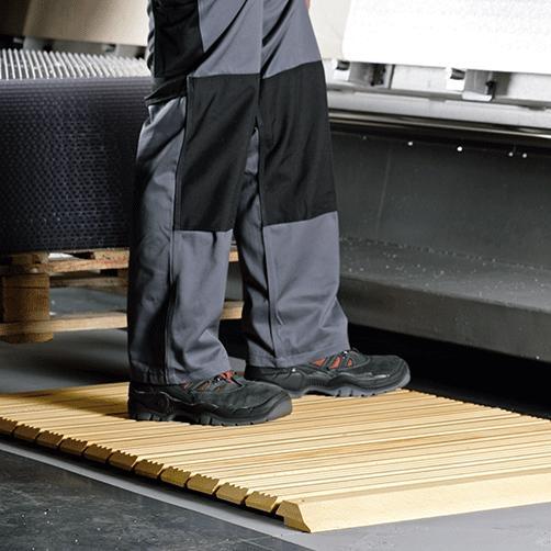 Holzrost mit Auffahrschräge an Zerspanungsmaschinen